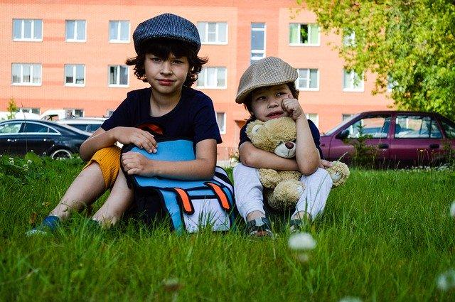 Kinder mit Rucksack